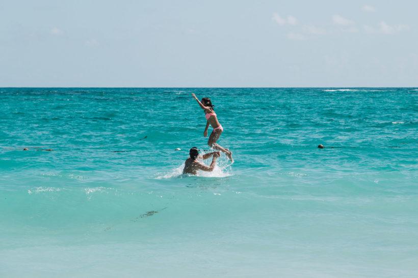 Дети купаются на пляже