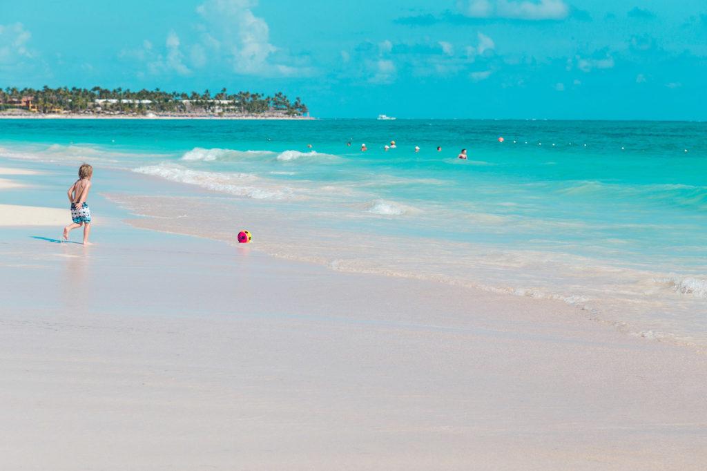 Дети на пляже в Доминикане. Где лучше