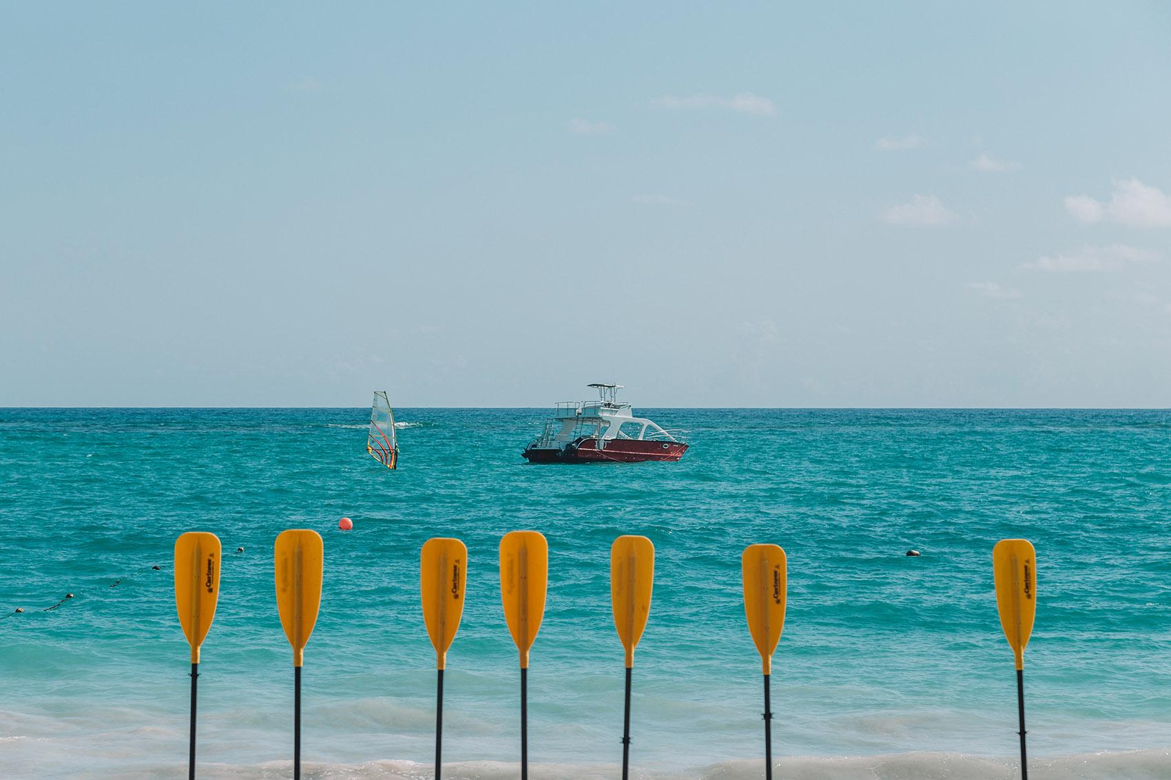 Лодка у пляжа