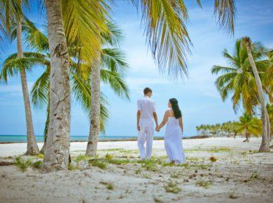 Свадебная пара на пляже Доминиканы