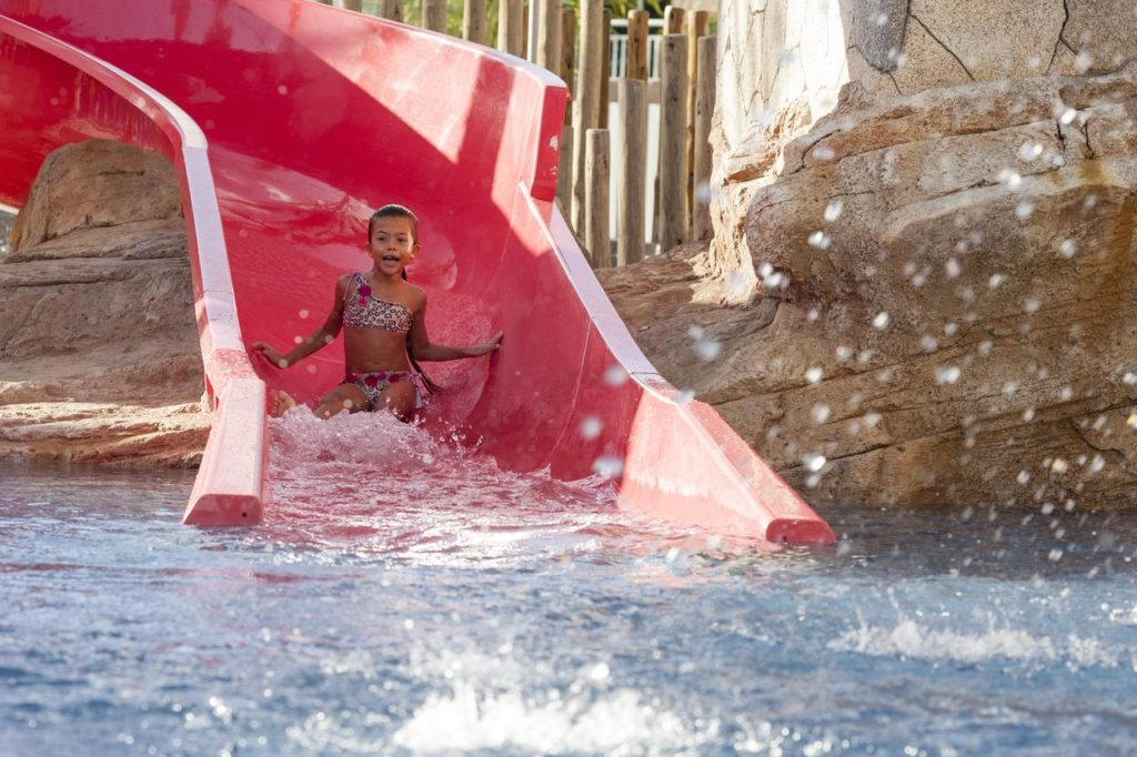 Ребенок отдыхает в аквапарке отеля