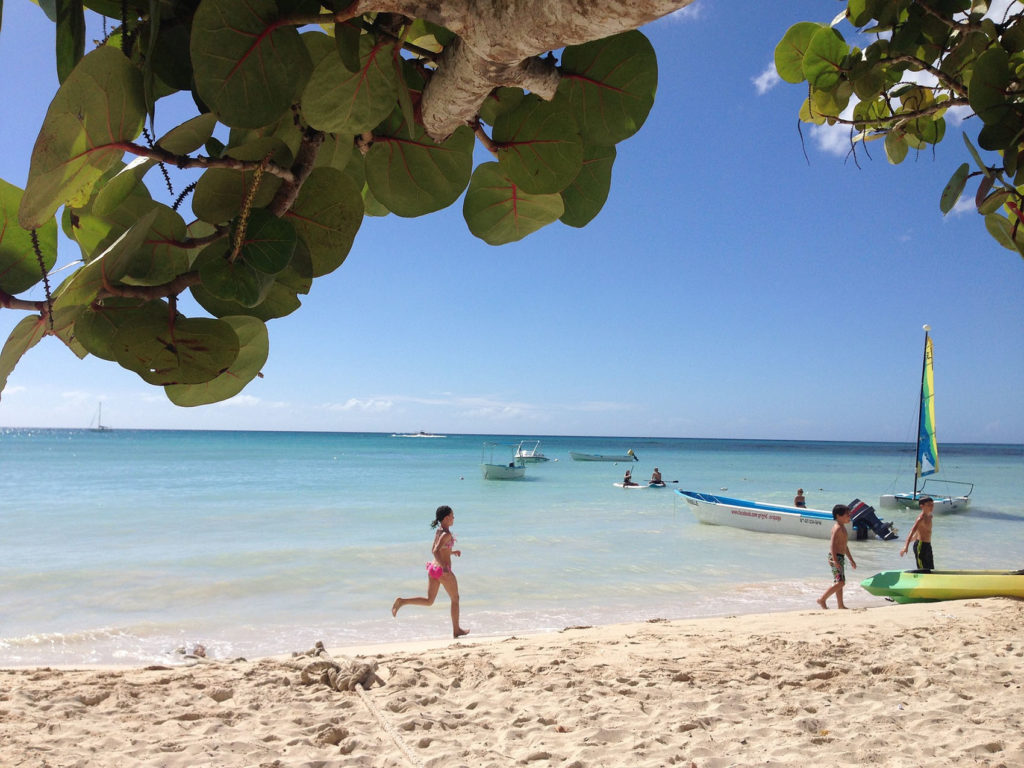 Дети на пляже Доминиканы