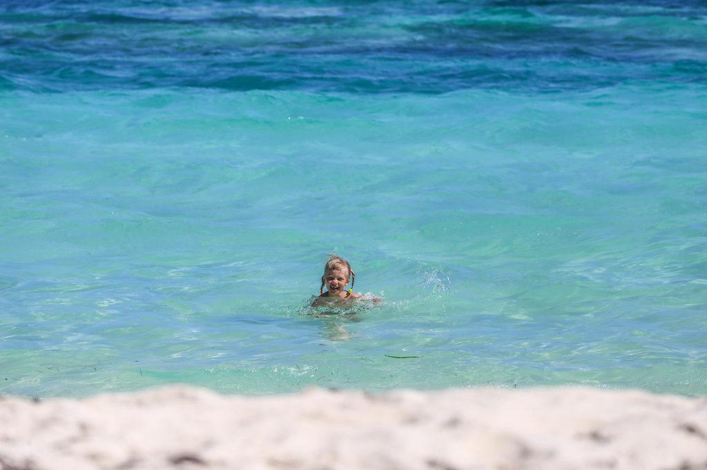 Ребенок купается в море Доминиканы