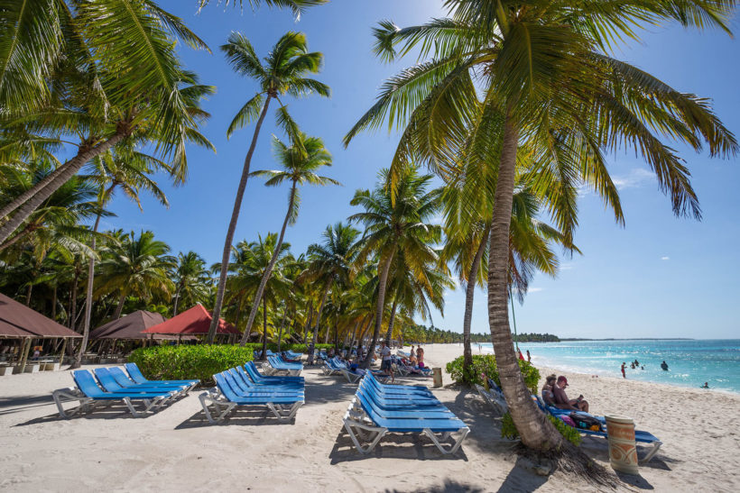 Лежаки на пляже Пунта-Каны