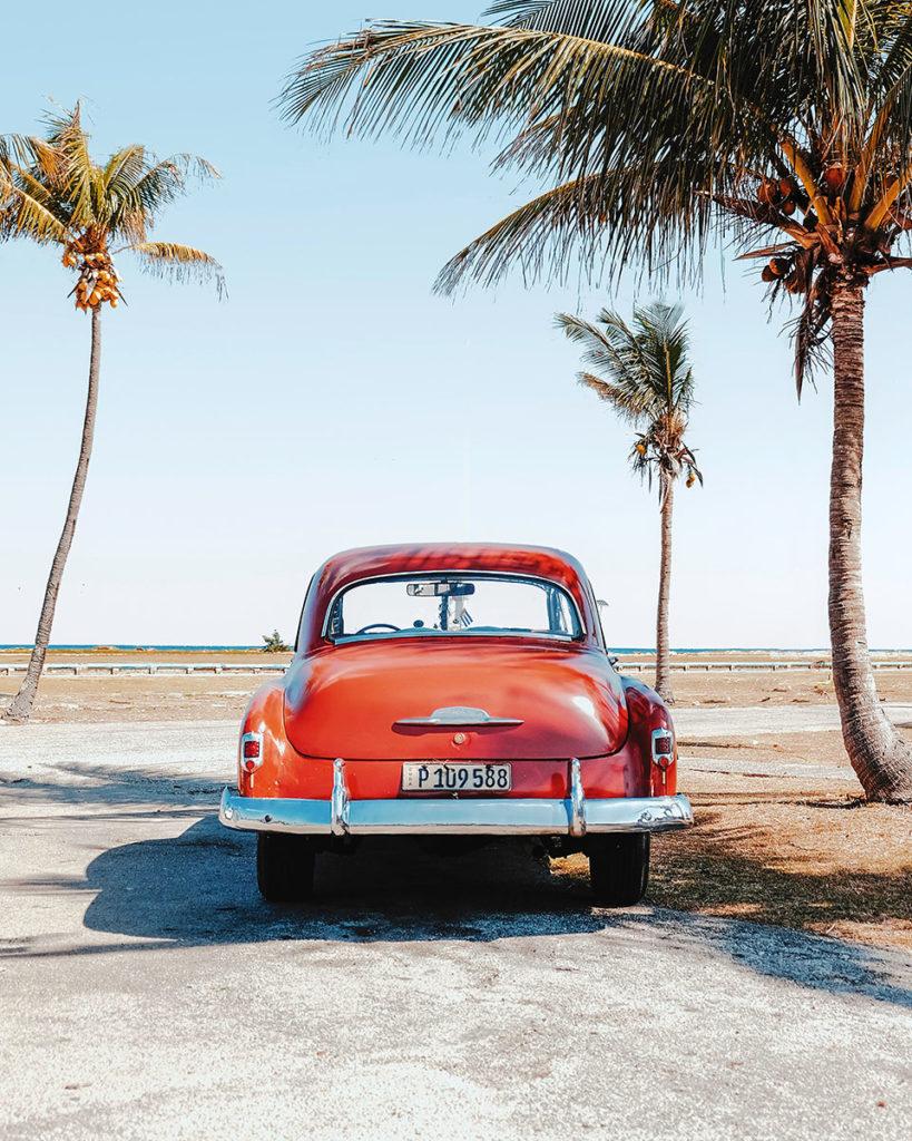 Автомобиль на кубинском пляже