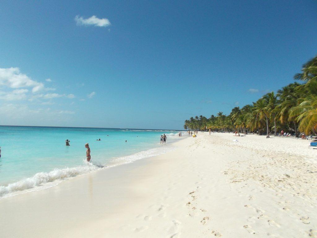 Песок на пляже острова Саона